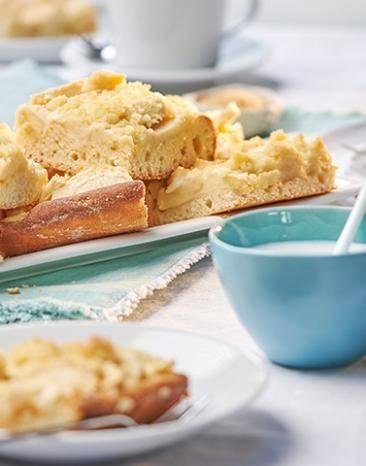 Apfelkuchenstücke auf dem Kuchenblech