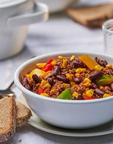 Chili con Carne, 4 Portionen in einer Schale angerichtet.