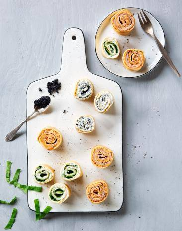 Gefüllte Pfannkuchenscheiben im Cookit auf Holzbrett.