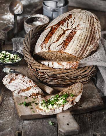Rustikales, herzhaftes Landbrot aus Roggen und Weizen - perfekt zur Brotzeit.