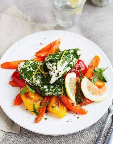 Gedämpftes Zitronen-Kräuter-Hähnchen auf Gemüse auf einem Teller serviert.