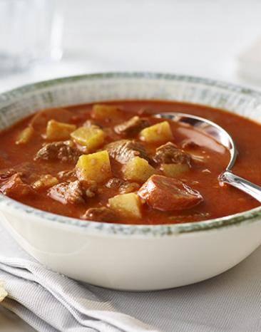 Gulaschsuppe in einem Suppenteller angerichtet.