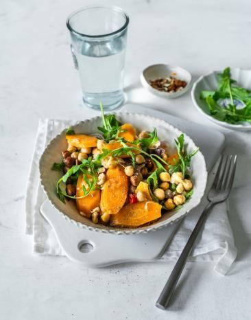 Eine Schale mit Karottensalat mit Kichererbsen.