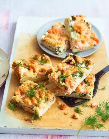 Kuchen mit Lachs und Parmesan auf einem Teller gestapelt.