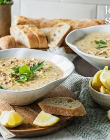 Lauch-Käse-Suppe auf zwei Teller verteilt.