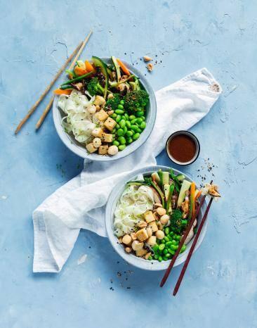 Reisbandnudeln mit Gemüse und Sojasauce in zwei Schalen