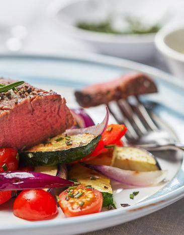 Rinderfilet mit mediterranem Gemüse auf einem Teller.