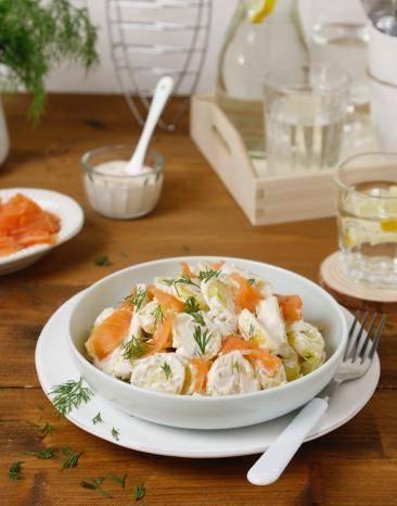 Schwedischer Kartoffelsalat mit Lachs auf einem Teller
