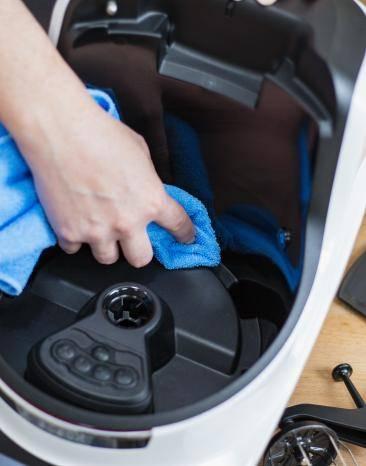 Cookit wird mit einem blauen Tuch sauber gemacht