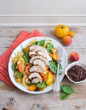 Gelber Sommersalat mit gegrillter Hähnchenbrust Sous-vide und Schalottenchutney